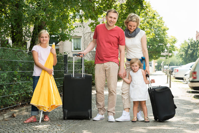 Partir de déplacement de jeune famille heureuse en vacances photographie stock libre de droits