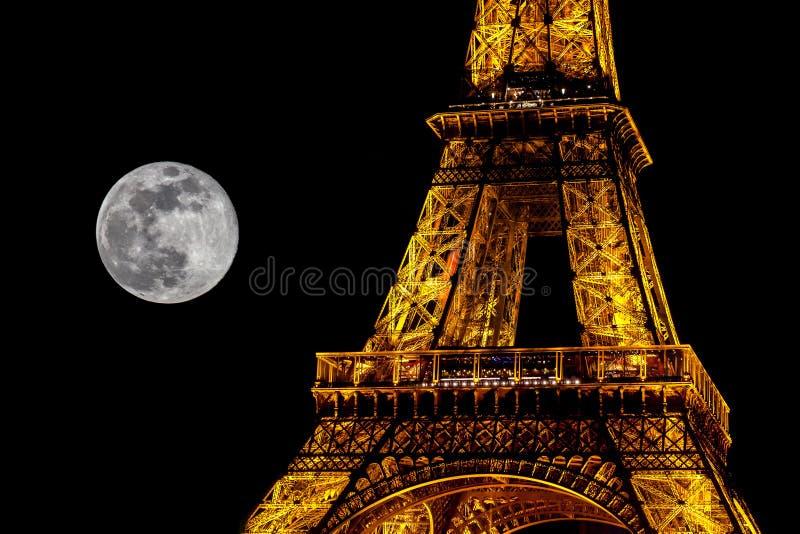 Partisk bild av Eiffeltorn och av fullmånen arkivfoton