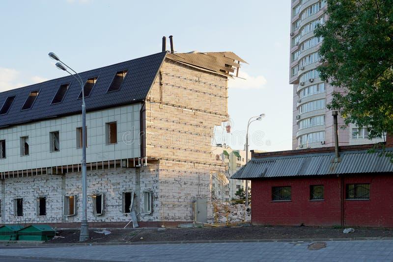 Partisk förstörelse av flera golv av huset Väggen av skumkvarteret är delvist bruten En sida är bruten, utan arkivbild