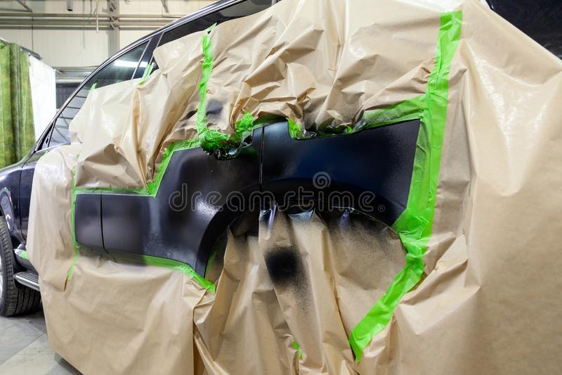 Partisk målning av sidobeståndsdelarna av kroppen av en svarta SUV royaltyfri foto
