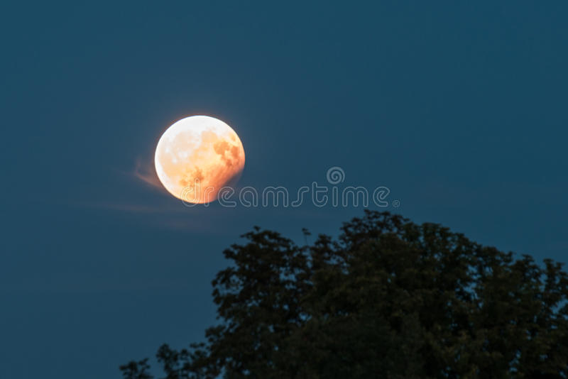 Partisk månförmörkelse, Augusti 07 2017, Regensburg, Tyskland arkivfoton