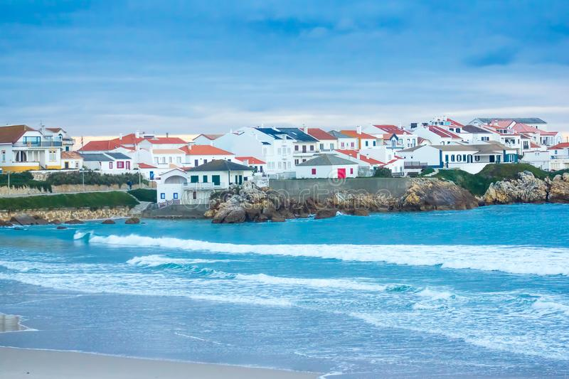 Partisk sikt av den Baleal byn och Baleal den norr stranden, Peniche, Portugal arkivfoto