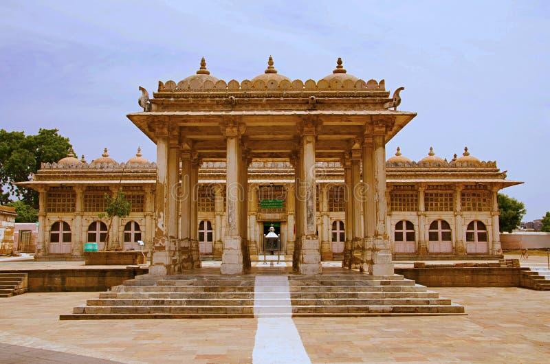 Partisk sikt av det Sarkhej Roza, moské- och gravvalvkomplexet Makarba Ahmedabad, Gujarat royaltyfri foto