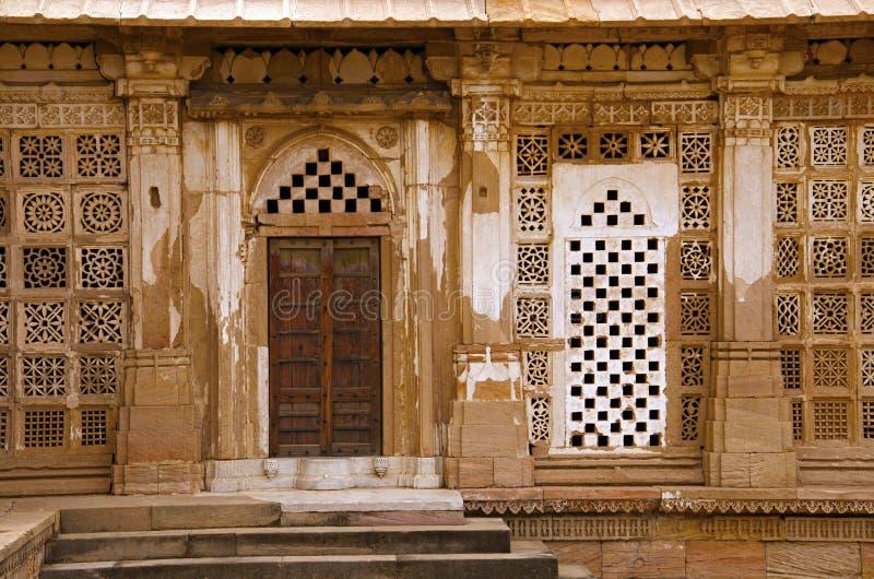 Partisk sikt av det Sarkhej Roza, moské- och gravvalvkomplexet Makarba Ahmedabad, Gujarat arkivfoton