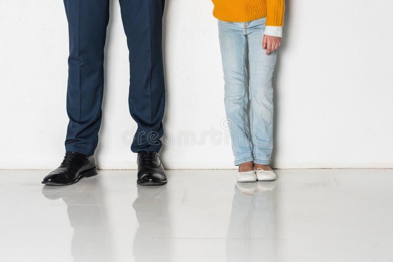 partisk sikt av dottern och fadern i händer för innehav för affärsdräkt royaltyfria foton