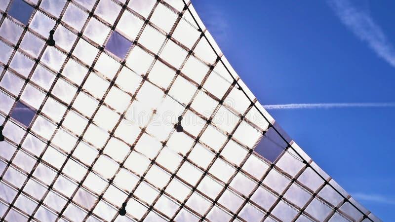 Partisk sikt av en Plexiglas för frostat exponeringsglas vägg i många små segment arkivbilder