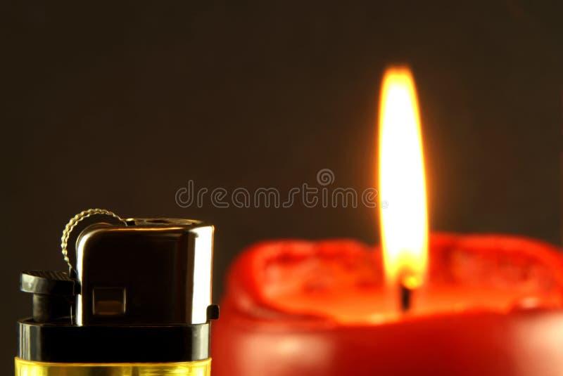 Partisk sikt av en tändare med bränningstearinljuset i bakgrunden royaltyfri bild