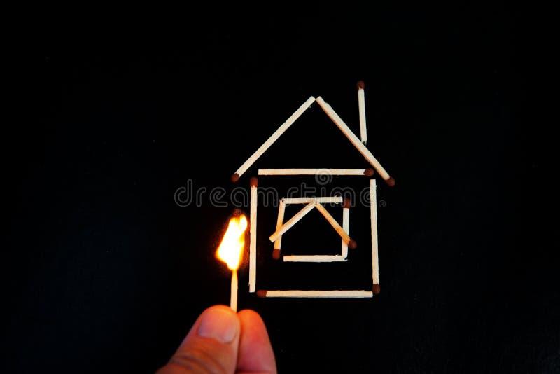 Partita bruciante inear il modello della casa fotografia stock