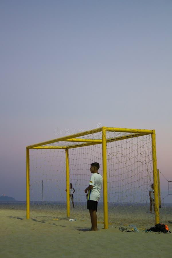 Partita di calcio di sorveglianza del ragazzo della sabbia sulla spiaggia di Copacabana Rio de Janeiro fotografia stock libera da diritti