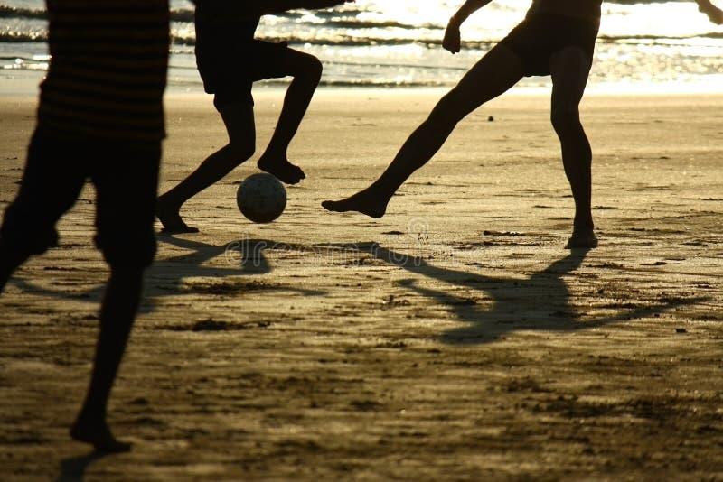 Partita di football americano sulla spiaggia fotografie stock