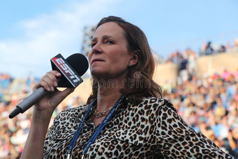 Partita di tennis di osservazioni di Pam Shriver dell'analista di ESPN all'US Open 2016 fotografie stock libere da diritti