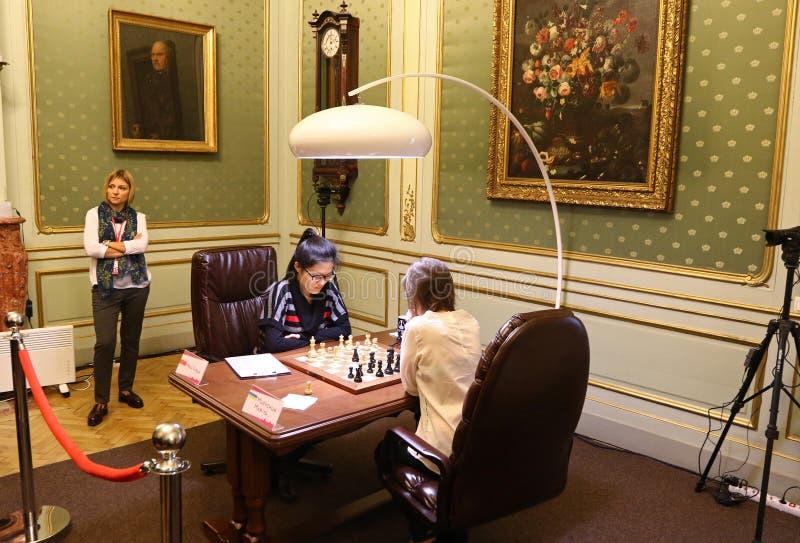Partita Mariya Muzychuk di campionato di scacchi del mondo delle donne di FIDE contro Hou Yifan immagini stock