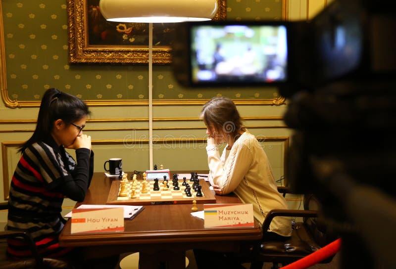 Partita Mariya Muzychuk di campionato di scacchi del mondo delle donne di FIDE contro Hou Yifan fotografie stock