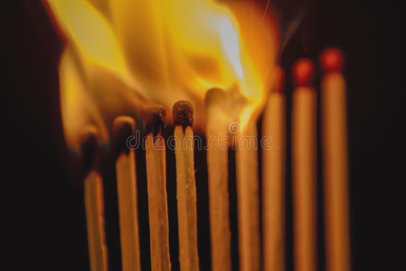 Partite brucianti contro buio fotografia stock libera da diritti
