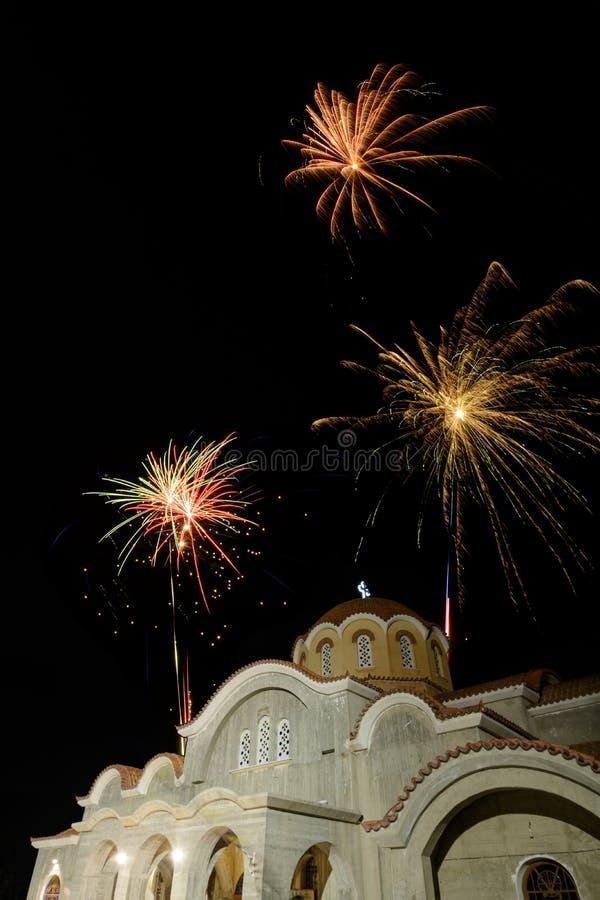 Partito alla chiesa - Pascha dei fuochi d'artificio immagine stock