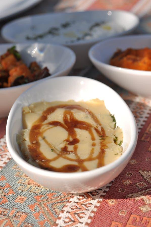 Partito cipriota del barbecue del kebap e del meze nel giardino con i kebaps deliziosi della carne e del pollo della miscela fotografia stock libera da diritti