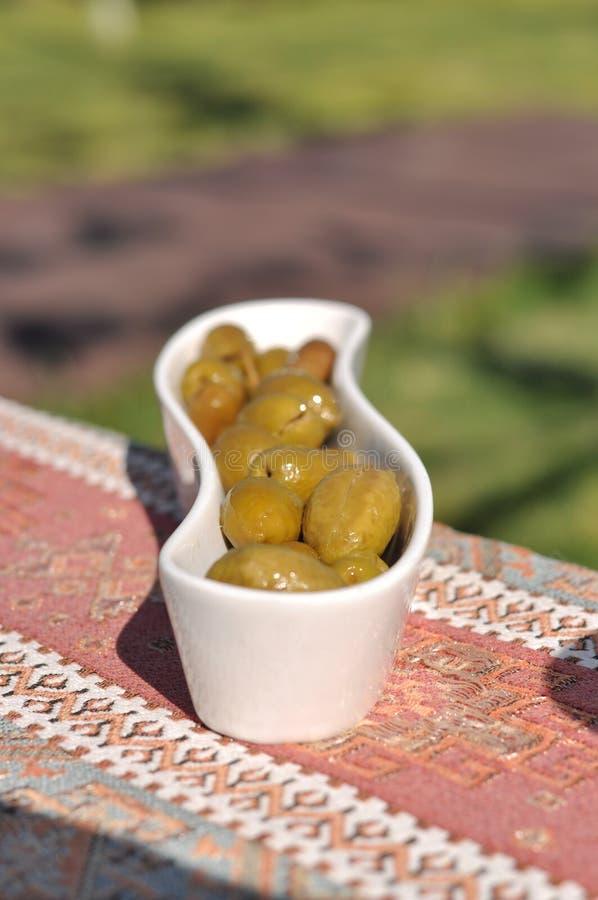 Partito cipriota del barbecue del kebap e del meze nel giardino con i kebaps deliziosi della carne e del pollo della miscela fotografie stock libere da diritti