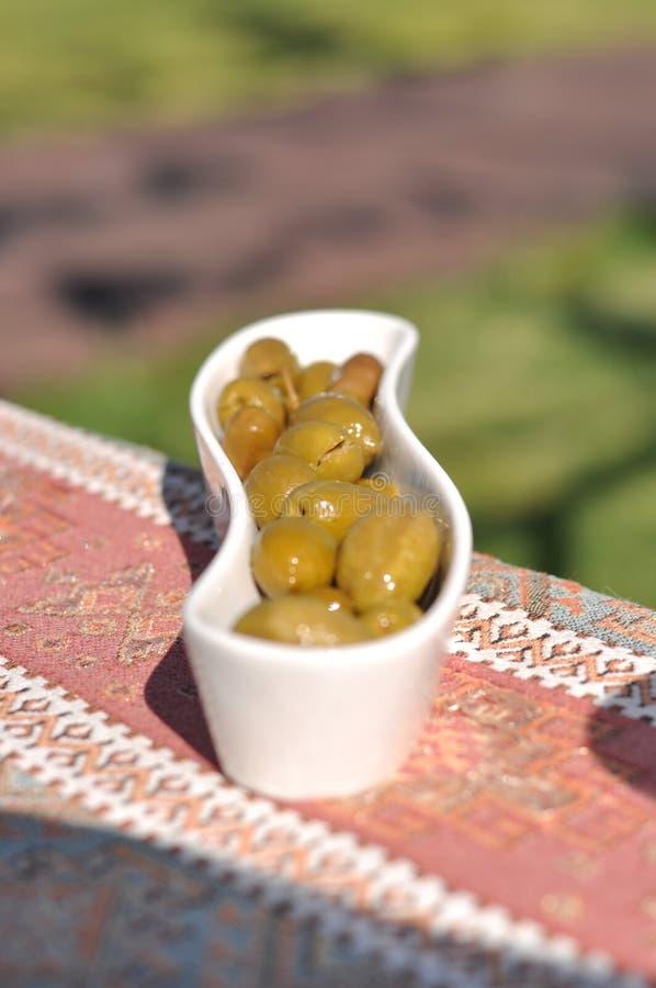 Partito cipriota del barbecue del kebap e del meze nel giardino con i kebaps deliziosi della carne e del pollo della miscela immagini stock