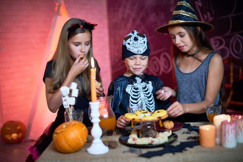 Partito dei bambini di Halloween con le caramelle fotografia stock