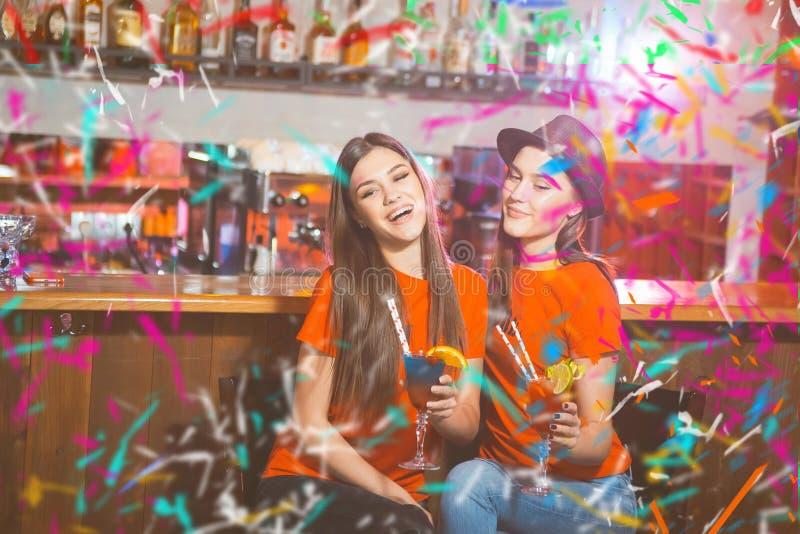 Partito dei coriandoli Due lesbiche delle ragazze ad un partito nel club fotografia stock