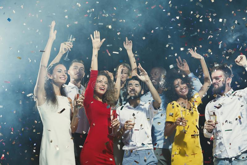 Partito del nuovo anno dell'ufficio Giovani che hanno divertimento fotografia stock