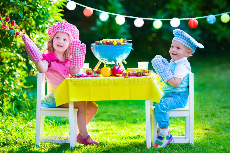 Partito della griglia del giardino per i bambini fotografia stock libera da diritti
