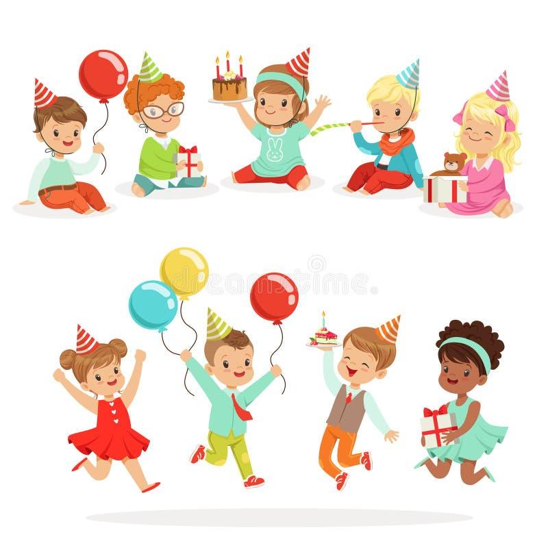 Partito di celebrazione di compleanno dei piccoli bambini con gli attributi festivi ed i bambini adorabili messi dei caratteri royalty illustrazione gratis