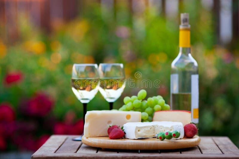 Partito di giardino del formaggio & del vino fotografie stock libere da diritti