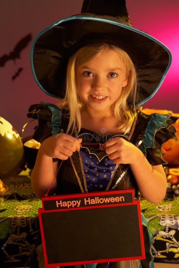Partito di Halloween con un segno della holding del bambino fotografia stock