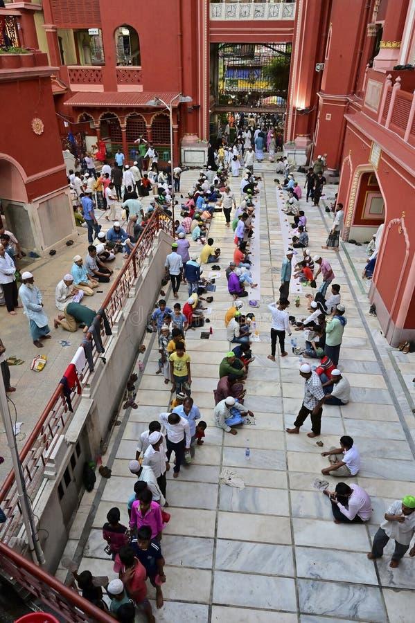 Partito di Iftar a Nakhoda Masjid, Calcutta, India immagini stock libere da diritti