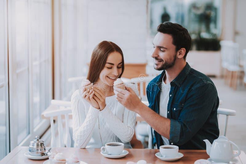 Partito di tè Tipo e ragazza bonding Insieme in caffè fotografia stock