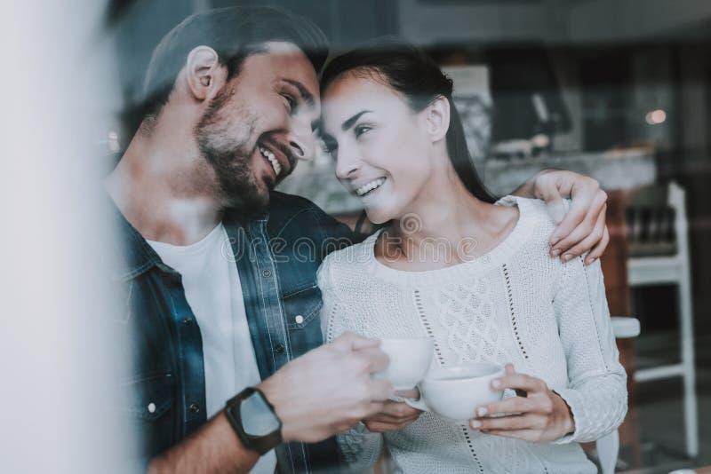 Partito di tè Tipo e ragazza bonding Insieme in caffè immagini stock
