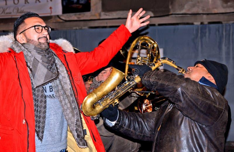 Partito di via serbo tradizionale del nuovo anno con i trombettisti zingareschi e la gente che ballano, Skadarlija Belgrado, Serb immagine stock