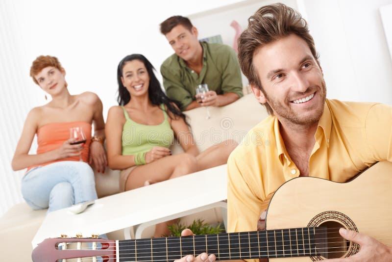 Partito nel paese con musica della chitarra fotografia stock libera da diritti