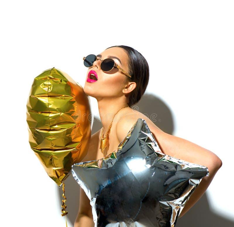 Partito Ragazza di modello di bellezza con cuore variopinto ed i palloni a forma di stella fotografia stock