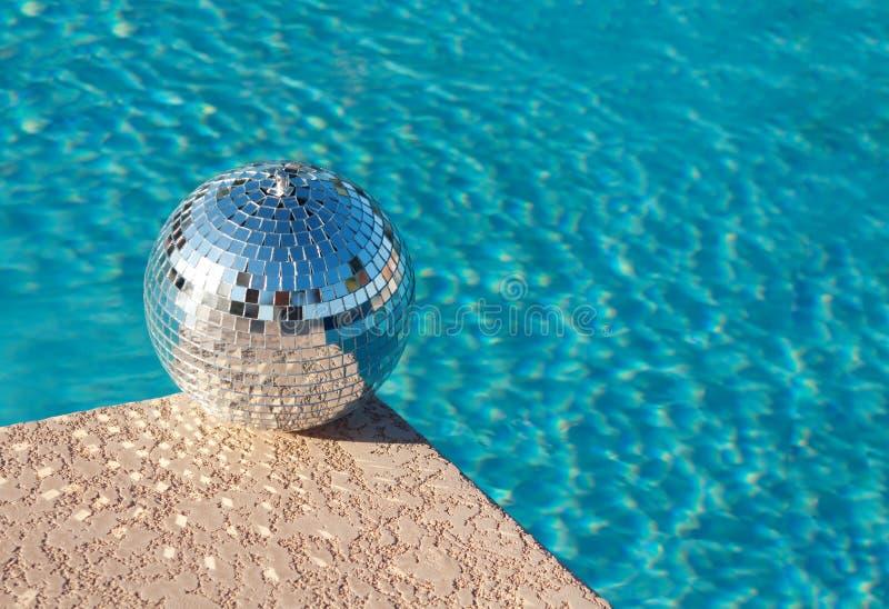 Partito! Sfera della discoteca al lato della piscina del ricorso immagini stock libere da diritti