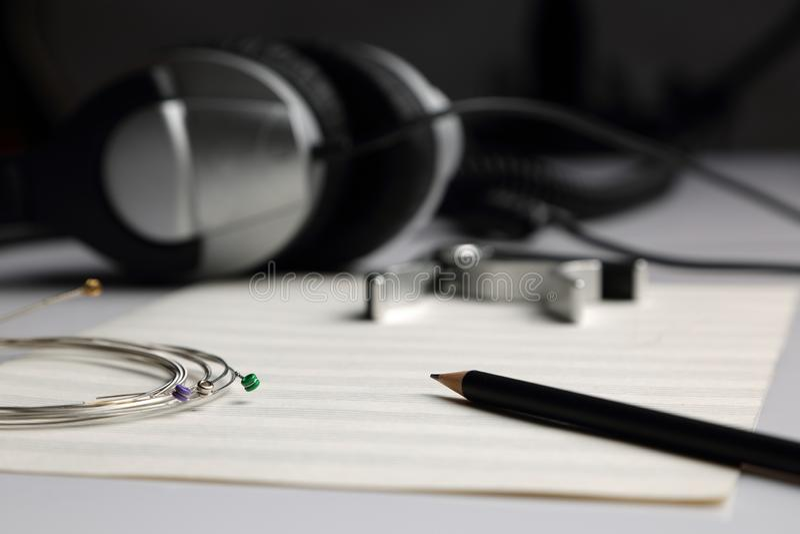 Partitura, lápis, cordas e fones de ouvido fotos de stock