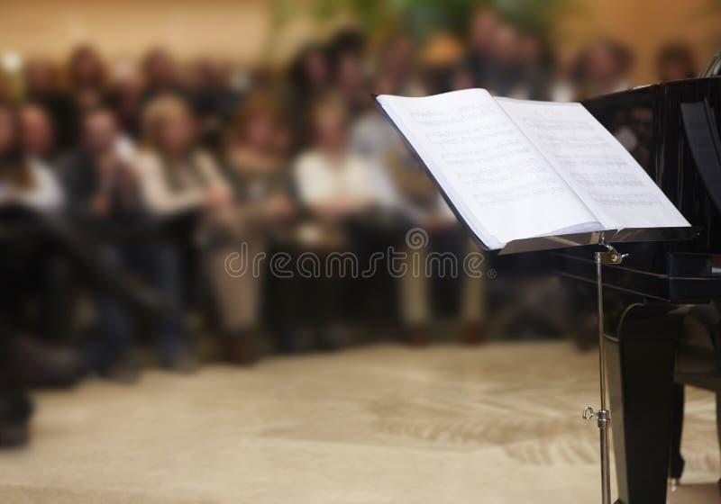 Partitura musical clásica de Chopin con el fondo del piano y de la gente fotos de archivo libres de regalías