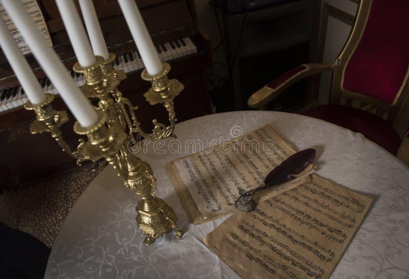 Partitura retra y la pluma de ese tiempo y de una palmatoria de oro hermosa imágenes de archivo libres de regalías