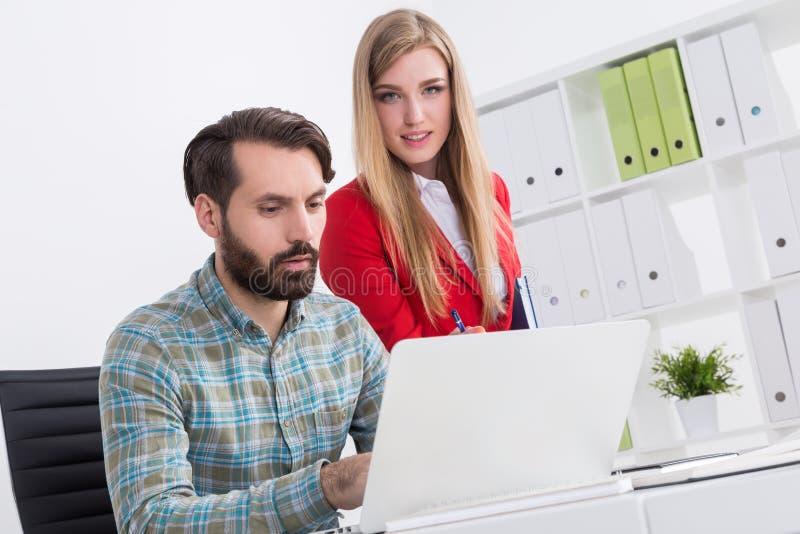 Partner bei der Arbeit lizenzfreie stockbilder
