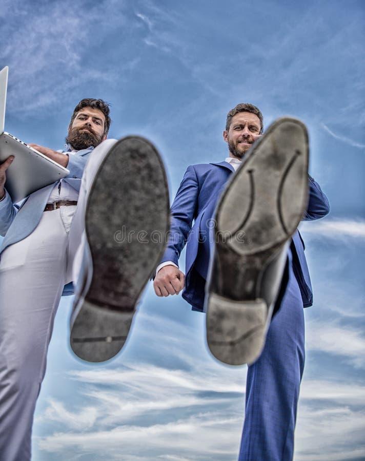Partner bezig met telefoongesprek die, voetschoen zich dicht omhoog vooruit bewegen Zakenlieden die de mening van de stapbodem ma royalty-vrije stock fotografie
