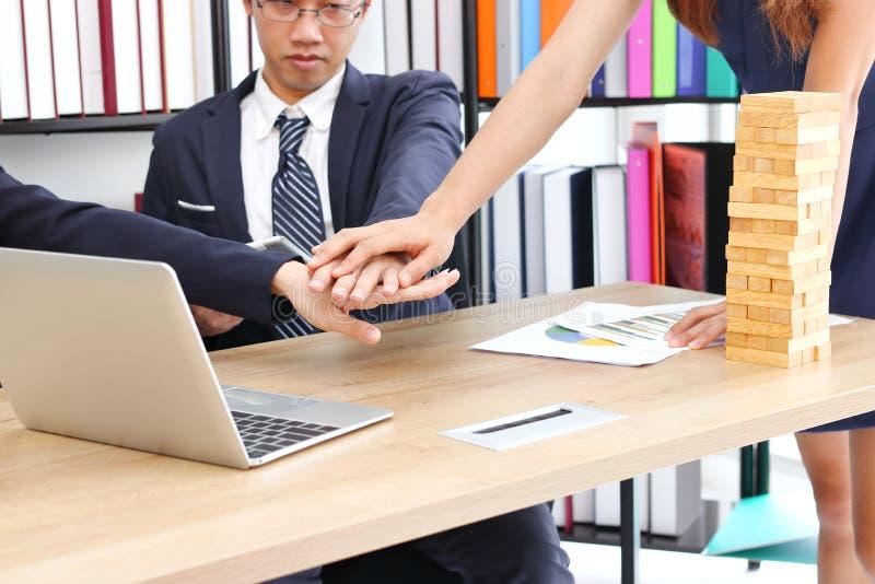 Partner bij aangesloten hand samen aan groet volledige transactie in bureau Succes en groepswerkconcept stock fotografie