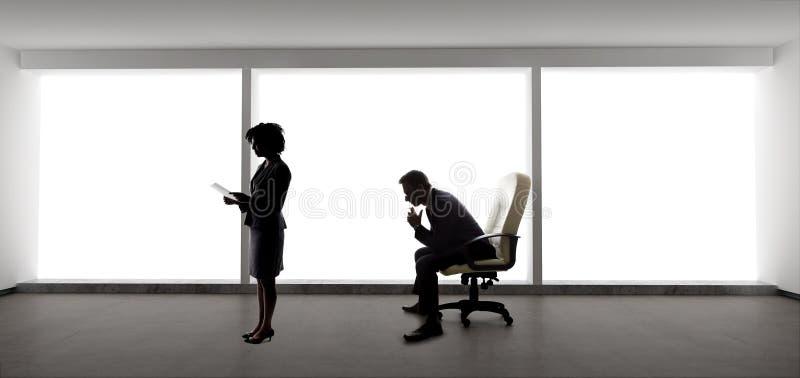 Partner, die Unternehmensplan f?r Anfangsfirma bilden lizenzfreies stockbild