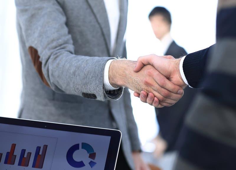 Partner finanziari della stretta di mano benvenuta immagine stock