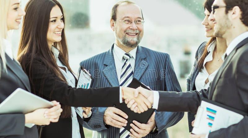 Partner finanziari della stretta di mano ed avvocati della società sui precedenti dell'ufficio immagini stock libere da diritti