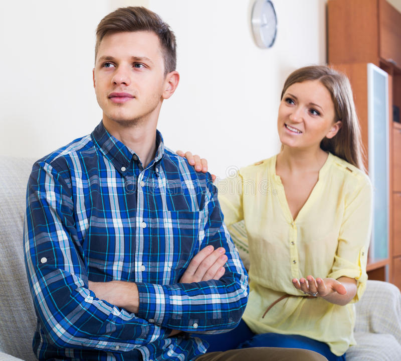 Partner kann anderen nicht nach Konflikt zu Hause verzeihen stockfotos