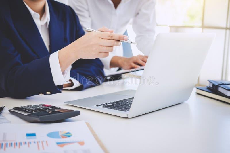 Partner les réunions et le briefing, travail d'équipe des collègues c d'affaires images stock