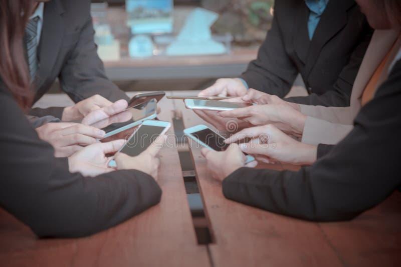 Partner o telefone esperto do uso para encontrar-se e discuta o relatório final imagem de stock