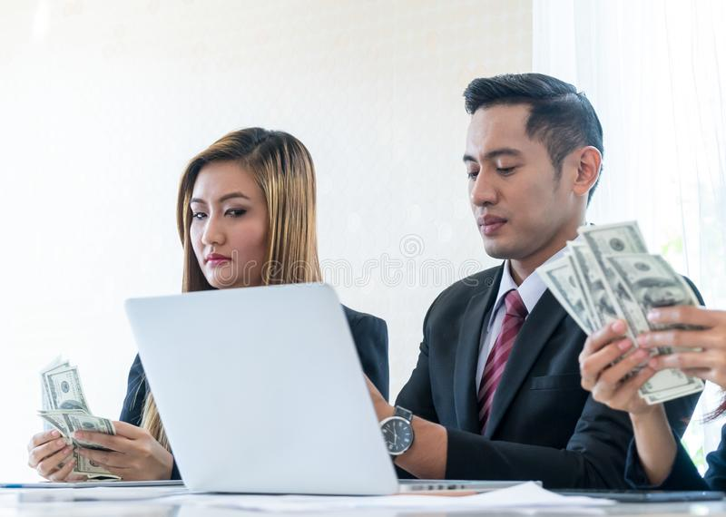 Partner tellend geld voor winstdeling royalty-vrije stock fotografie