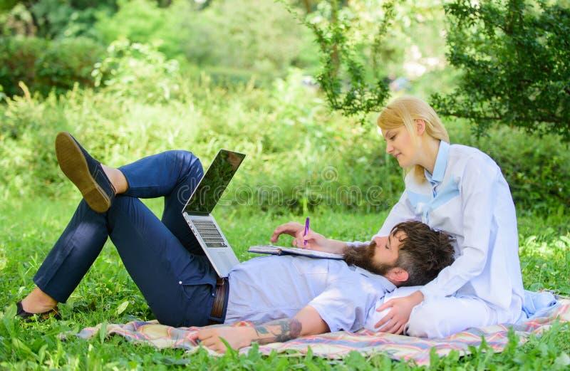 Partnera biznesowego pojęcie Balansowy freelance i życie rodzinne Mężczyzny i dziewczyny pracy laptop Budowa biznes z twój współm obraz royalty free